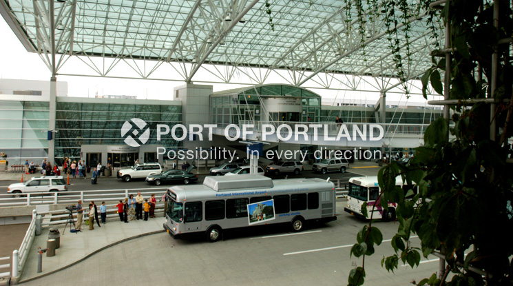 All airport parking shuttle buses use compressed natural gas, a more environmentally-friendly approach to conventional fuel. The Port's air emissions inventory for PDX prioritizes where improvements are made. With the buses, bicycle path, and TriMet's MAX light rail, travelers and employees have an array of commuting options.